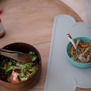 Tiikkinen salaattikulho on ostettu vintage-liikkeestä Ruotsista
