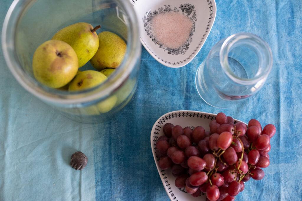 Hedelmäasetelma ja Marjo Lahtisen taidetta pöydällä.